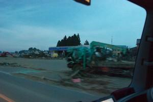 津波で破壊されたローソンと、トラック